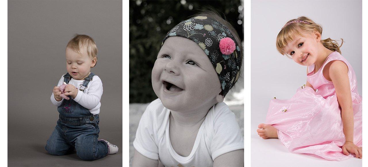 Kleinkindfotografie, Kind kniet, Kind lächelt, Kind sitzt im rosa Kleid