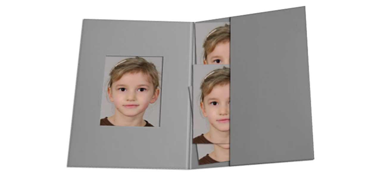 Passfoto Passbild Mädchen Kind in Mappe